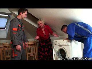 शरारती दादी दो मरम्मत करने वालों को प्रसन्न करता है
