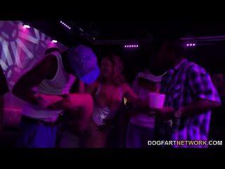 ब्रुक वॉल्ड एक क्लब में gangbanged हो जाता है