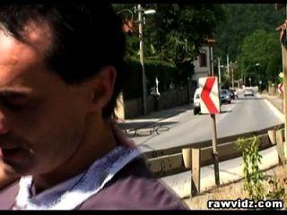 दो लोग गुप्त रूप से सड़क के किनारे पर एक गर्म लड़की को टक्कर दे रहे हैं