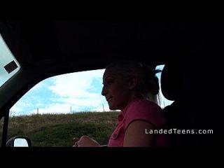 किशोरों की कार में गुलाबी जाँघिया में fucks