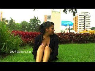 शौकिया लैटिना हेट्रिज सार्वजनिक नग्नता और गलफुला फ्लैश के स्कर्टिंग हस्तमैथुन