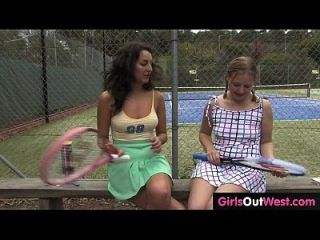 गर्म महिला टेनिस उसके प्यारे समलैंगिक प्रशिक्षु द्वारा पाला सोफे