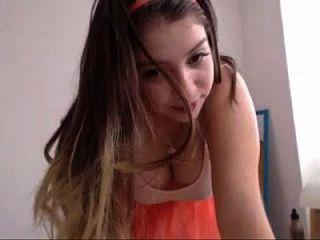 प्यारी लड़की अपने प्राकृतिक स्तन cam19.org से पता चलता है