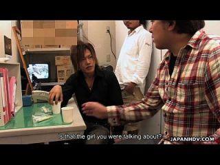 एशियाई किराना महिला लड़कों द्वारा क्रीमयुक्त हो जाता है
