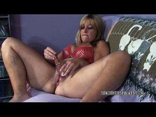 परिपक्व फूहड़ liisa एक खिलौना के साथ उसे गीला योनी भराई है