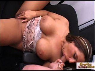 busty परिपक्व श्यामला उसके स्तन के साथ एक मुर्गा सह बनाता है