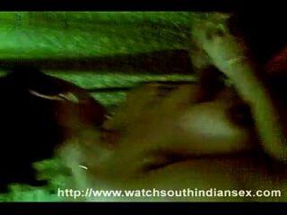 दक्षिण भारतीय चाची नग्न स्तन
