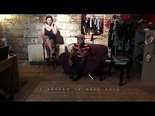 busty milf एजेंट वेश्या एक शर्मीली शुरुआत आदमी seduces