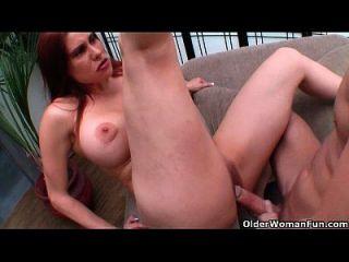 गर्म milf शीला मैरी उसके बड़े स्तन पर cumshot हो जाता है