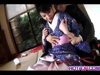 शरारती एशियाई बेब सुजुकी चाओ मुर्गा चूसने से पहले किमोनो खो देता है