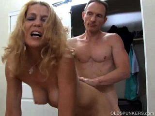 सुपर सेक्सी स्लिम पुराने महिला एक कठिन बकवास और एक चेहरे का cumshot आनंद मिलता है