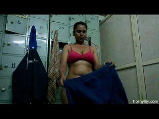 जिम में सींगदार लिली भारतीय बेब बाहर नग्न बाहर काम कर रहे