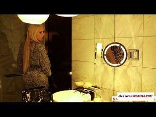 जर्मन अभिनेता नीना एले ने वीडियो भूमिका निभाई है