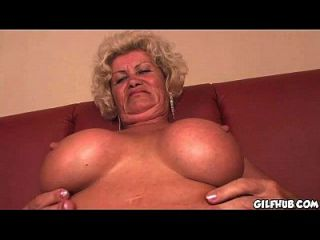 शरारती दादी पढ़ने पॉर्न पत्रिका जब तक वह गीला हो जाता है