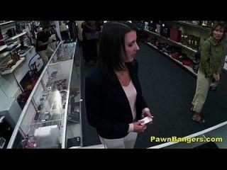 ढीली दुकान के मालिक ग्राहक की बिल्ली बैंग्स