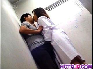 योको तचीबाना में चोट लगने के बाद मुंह से भिगोना सह है
