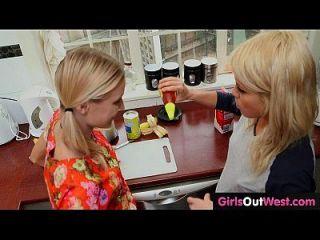 स्लिम गोरा लेस्बियन लड़कियां रसोई में एक दूसरे को चाटना