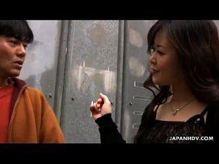 एशियाई फूहड़ fucked हो जाता है और खिलौना भी गड़बड़ हो जाता है