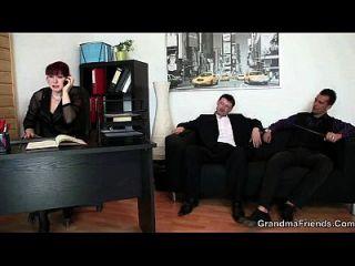 परिपक्व कार्यालय महिला दो लंड खुश