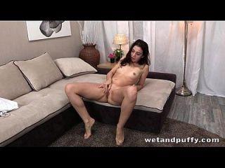 एक सेक्सी एकल दृश्य में गर्म लड़की