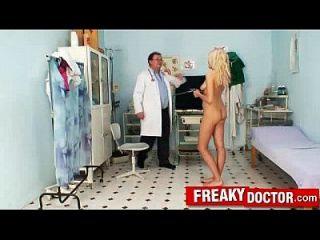 सुंदर चेक सुनहरे बालों वाली परी विकृत अजीब योनि परीक्षा