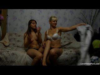 दो सेक्सी लड़कियों को एक सोफे पर मज़ा आ रहा है