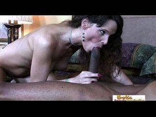 अकेली मिल्फ बड़े काले लंड के लिए उसकी बढ़ती भूख को संतुष्ट करता है
