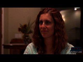 विवाहित किसान दंपती एक त्रिगुट के लिए एक महिला की तलाश में