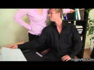 वह शरारती परिपक्व कार्यालय महिला fucks