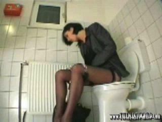 कार्यालय शौचालय फूहड़, गंदा जिम्प