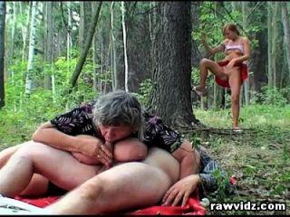 दृश्यरतिक किशोर एक त्रिगुट के लिए जंगल में पुराने जोड़ी में मिलती है