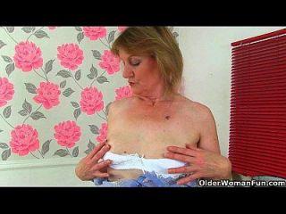 ब्रिटिश दादी क्रीम क्रीम उसकी चड्डी और नाटकों को कम करती है