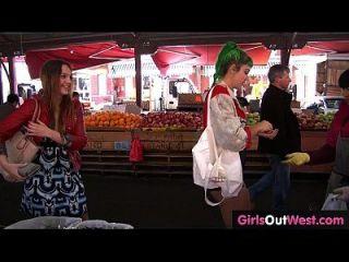 बालों और मुर्गा समलैंगिक लड़कियों को जनता में दुर्व्यवहार