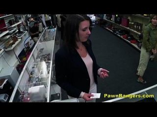 ग्राहक नकदी के लिए उसके बालों वाली बिल्ली में मुर्गा लेता है