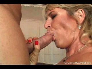सुनहरे बालों वाली सुनहरे बालों वाली पत्नी दो लंड की कोशिश करता है