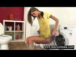 सींग का गोरा अपने पेशाब में स्नान करता है