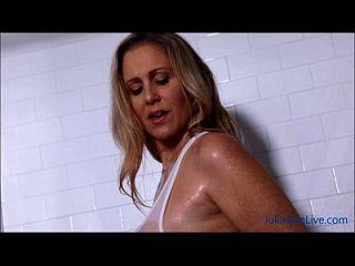सेक्सी milf जूलिया एन स्नान में उसके बड़े स्तन lathers!