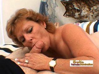 परिपक्व महिला एक बड़ा मोटी मुर्गा काम करती है और एक चेहरे की cumshot मिलती है