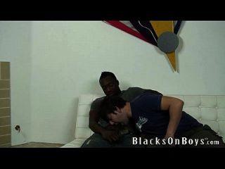 जॉय एक काले आदमी के साथ समलैंगिक सेक्स की कोशिश करता है
