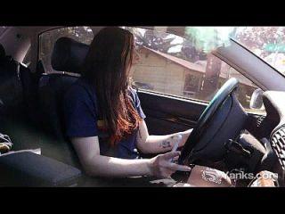 गाड़ी चलाते हुए गर्म मटिल्डा हस्तमैथुन करते हुए
