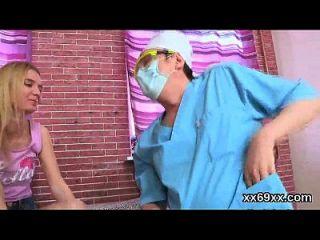 चिकित्सक हेमैन परीक्षा और कुंवारी लड़की के कौमार्य नुकसान के साथ सहायता करता है