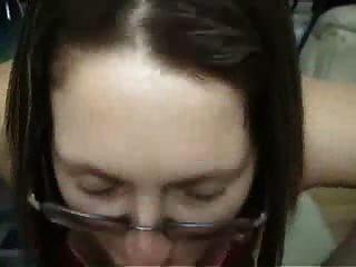 चश्मे के साथ श्यामला शौकिया प्रेमिका blowjob और सवारी देता है