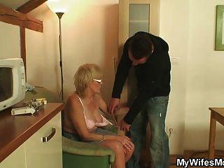 Muscled आदमी उसकी पत्नी कमबख्त माँ