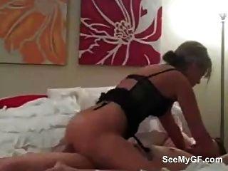 शौकिया प्रेमिका blowjob दे रही है और उसके प्रेमी की सवारी