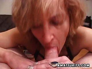 परिपक्व शौकिया पत्नी मुँह में सह के साथ सिर देता है