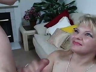 गर्म सुनहरे बालों वाली नालियों उसके मुंह और निगल में सीधे सह