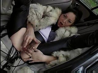 फर कोट में महिला गड़बड़ हो जाता है (कार - आउटडोर)