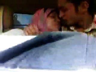 अरब हिजाब महिला चूसा बड़े स्तन और कार में चूमा