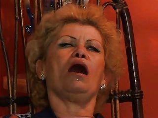 दादी एफी टीवी repairman Troia द्वारा assfucked हो पिछवाड़े में मुश्किल मुर्गा लेता है सभी तरह स्तन