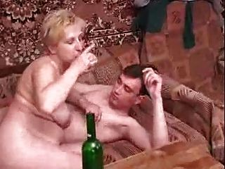 युवा लड़के के साथ रूसी परिपक्व